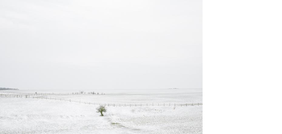 """Photographie issue de la serie """"Hiver(s)""""realisee dans le cadre du projet France 14 : 14 photographes autour de la mission de Raymond Depardon en France, 14 regards sur le territoire francais. Perrogney les Fontaines, Haute-Marne, Champagne-Ardenne, France. 10/03/2010. Copyright : Gilles Coulon /Tendance Floue/La Galerie Particuliere  Picture from the work """" Winter(s) """", made in the framework of the project """" France 14 """" : 14 photographers around Raymond Depardon's mission in France, 14 looks on French territory. Perrogney les Fontaines, Haute-Marne, Champagne-Ardenne, France. 03/10/2010."""
