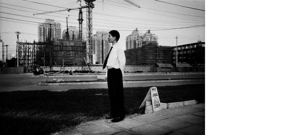 """Boom immobilier et construction de residences de luxe dans le quartier de Wangjing, au niveau du troisieme peripherique est. Pekin. Chine 06/2007 Image realisee dans le cadre du projet collectif """"Mad in China"""""""