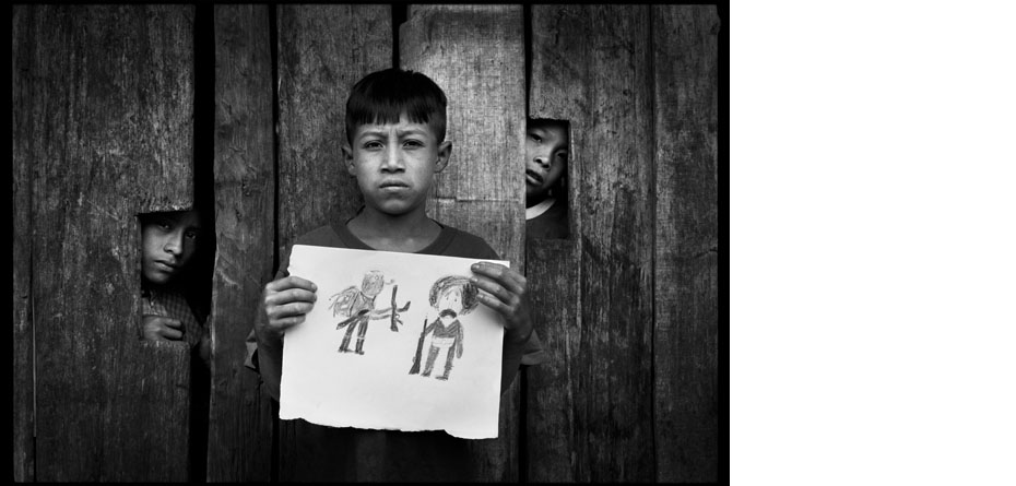 Un village zapatiste de la Forêt Lacandone Ismael, 12 ans, a réalisé à l'école un dessin représentant Zapata et le sous-commandant Marcos.  Guadalupe Trinidad. Etat du Chiapas. Mexique. 29/07/2005