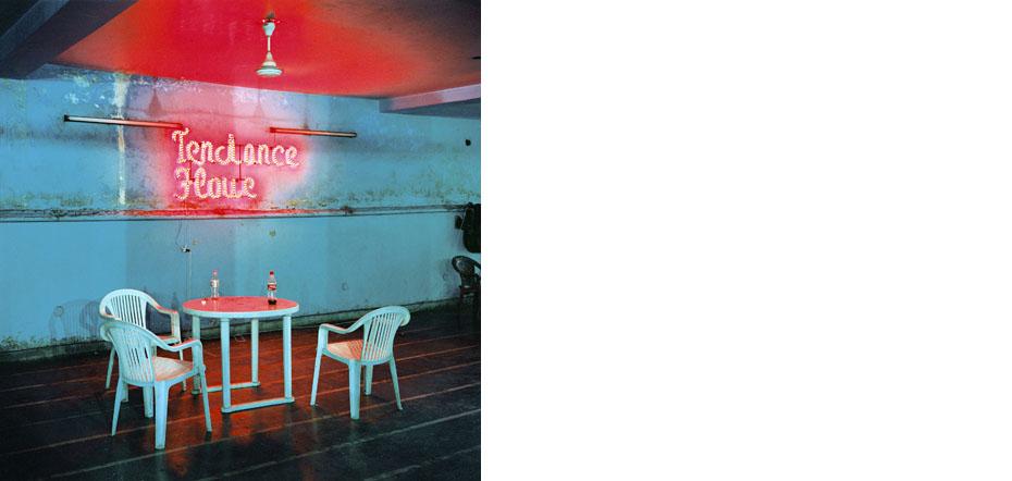 """Terasse de l'hotel Saina utilisee comme salle de redaction lors de la conception de la revue Mad in India par le collectif Tendance Floue (accompagne des journalistes Cecile Cazenave et Vincent Rea). Quartier de Pahar Ganj, Delhi, Inde 11/04/2008  Image realisee dans le cadre du projet collectif """"Mad in India"""""""